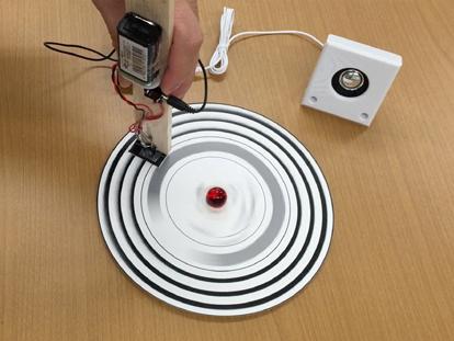 音の信号が印刷されたレコードを回すと音が聞こえる実験の様子